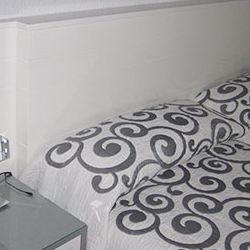 muebles-a-medida-mesa-cabezero-cama